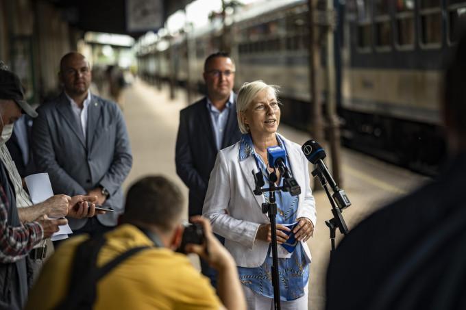Csöbör Katalin, országgyűlési képviselő az ünnepi vonatnál